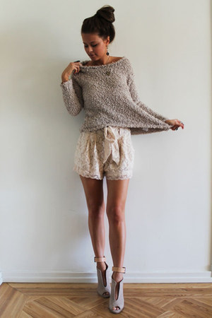 heather gray sweater - eggshell shorts