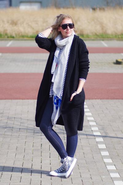 heather gray all stars Converse sneakers - navy jeggings Oroblu leggings