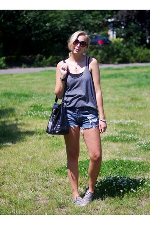 Levis shorts - Primark top - Pimkie sneakers