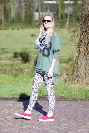 white printed LWS leggings - green oversized Yesstyle shirt