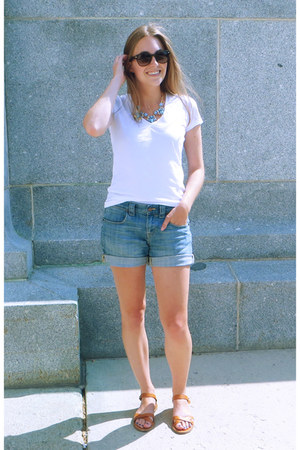 white everlane t-shirt - blue JCrew Factory shorts - tan madewell sandals