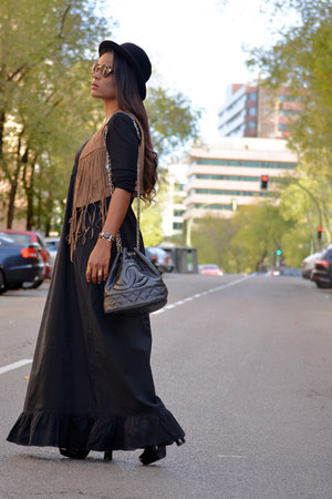 black united colors of benetton dress - black H&M hat - black Chanel bag