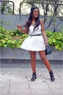 Black-chanel-bag-white-fórmula-joven-top-bershka-sandals