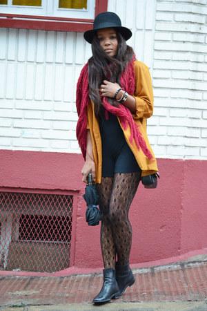 black belén gonzalo boots - black el corte ingles hat - coral H&M jacket