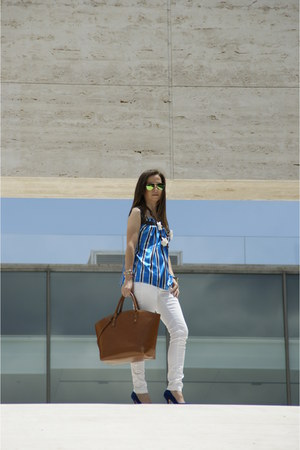 blue raso shirt - blue ante shoes - white vaquero jeans - camel cuero bag