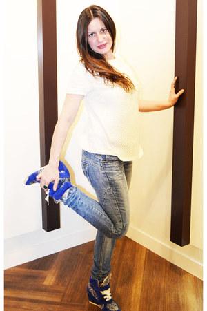 periwinkle Bershka jeans - ivory Sfera t-shirt - blue Zara sneakers