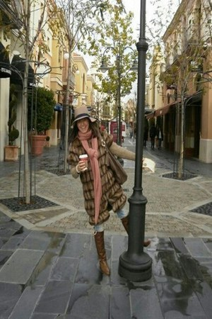 brown cuero boots - light brown pelo coat - tan fieltro hat