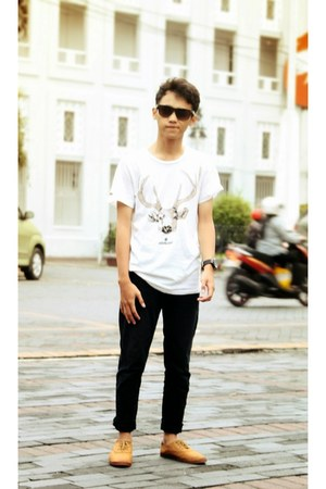 cream t-shirt - burnt orange shoes - black jeans