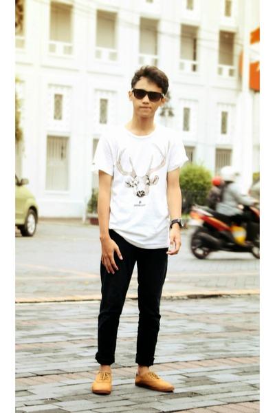 cream t-shirt - burnt orange shoes - black jeans