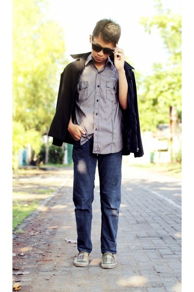 white t-shirt - dark khaki jeans - heather gray shirt