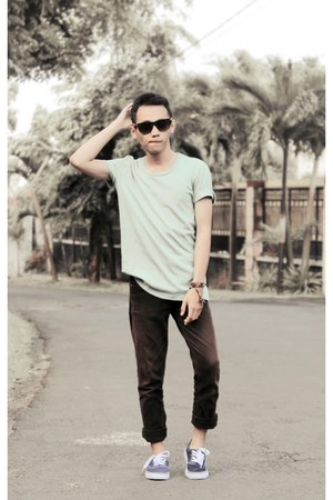 brown jeans - green t-shirt