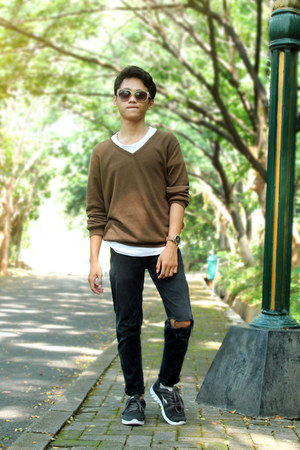 white shoes - black jeans - brown sweater