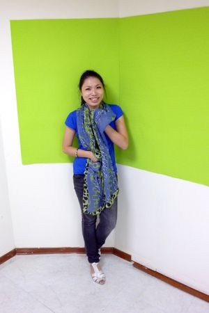 blue t-shirt - green scarf - black jeans - silver Aldo shoes