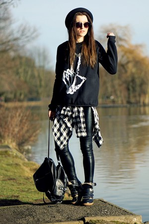 sweatshirt - shoes - black pants