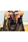 Round-sunglasses-black-loose-blouse-hair-accessory