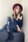 Black-sweatshirt-black-pants-bracelet