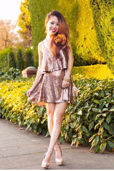 light pink sequin Tobi dress - beige clutch Pink Basis bag