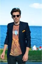Bershka t-shirt - Ray Ban sunglasses - Zara pants