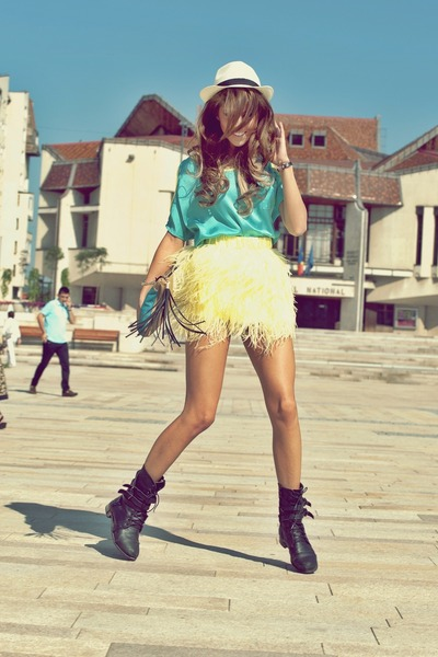 light yellow feather No1 skirt - black rocker random brand boots