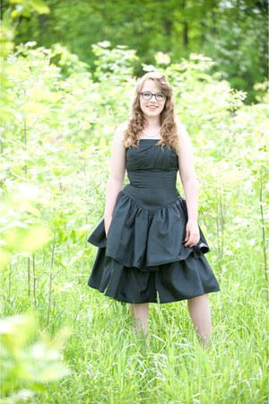 black vintage dress - moms pearls vintage necklace - purple geek VANNI glasses
