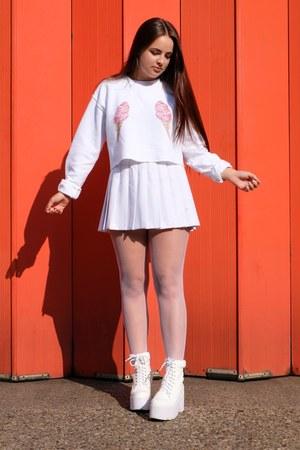 white cropped Rad sweatshirt - white platform Public desire boots