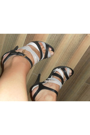 with straps shoes