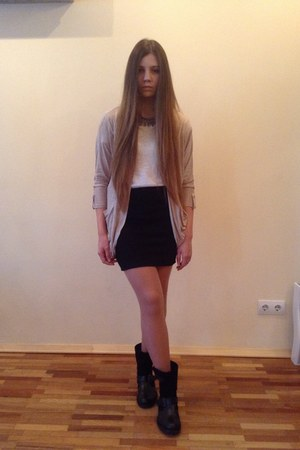 white pull&bear top - black reserved boots - black Stradivarius skirt