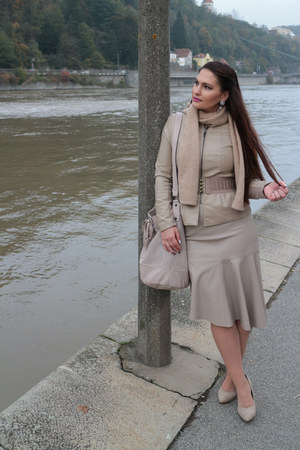 neutral fur basefield scarf - beige asymmetrical Zara skirt - tan Sfera belt
