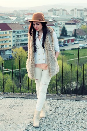 bronze hat - white ripped Stradivarius jeans - cream blazer - bronze Zara bag