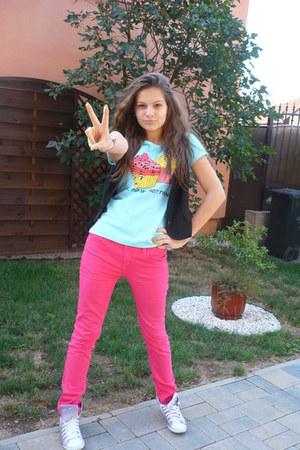 hot pink Takko jeans - sky blue Takko t-shirt