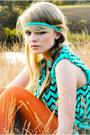 Orange-tights-aquamarine-blouse