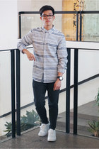 white sports pull&bear sneakers - heather gray stripes Guess shirt