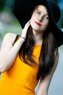 Black-reserved-hat-yellow-zara-dress-black-mango-bag-black-mango-heels