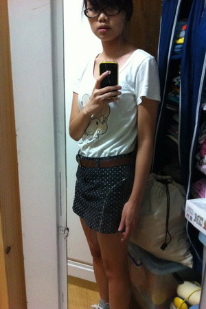 navy polka dot skirt - ivory t-shirt - brown leather Mango belt