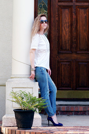 white embroidered ann taylor t-shirt - sky blue boyfriend jeans PacSun jeans