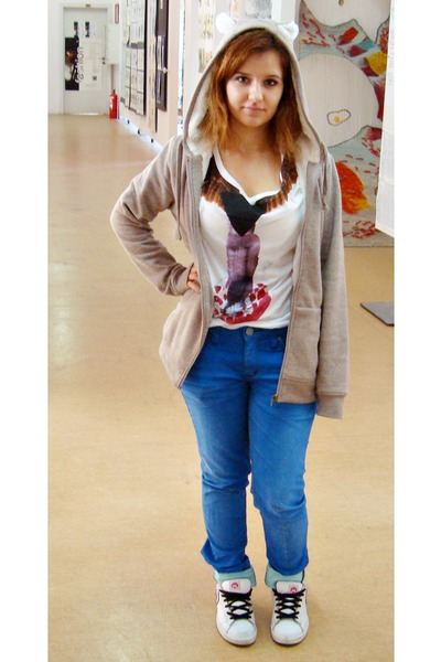 white t-shirt - blue jeans - beige New Yorker cardigan - white sneakers