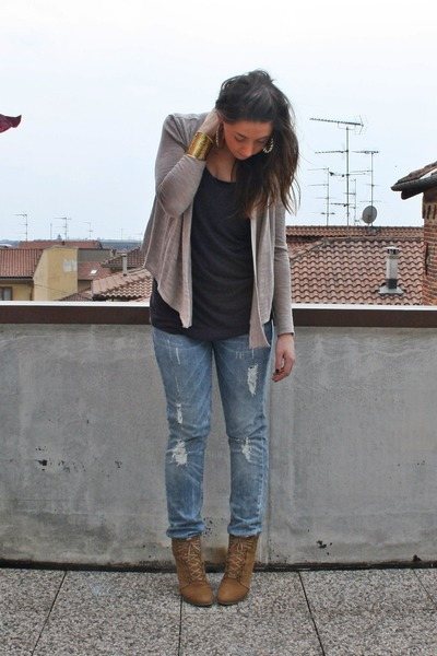 beige H&M cardigan - gray H&M shirt - gray H&M jeans - beige Zara shoes - gold v