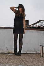black basic dress H&M dress - black biker boots Zara boots - gray Zara t-shirt