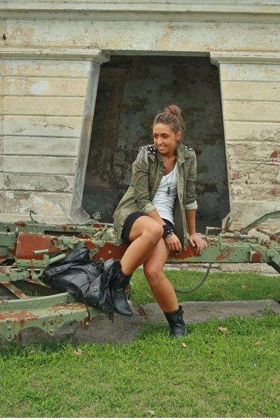 white basic top H&M top - black biker boots Zara boots