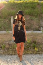camel boots asos boots - black floppy hat H&M hat - black wwwromwecom T-shirt t-