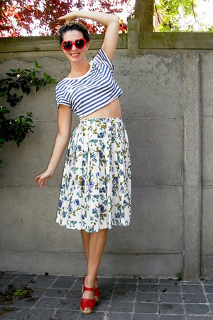navy skirt - white top - red clogs - red glasses