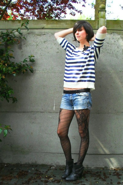 black tights - blue shorts - blue top - black accessories - gray boots