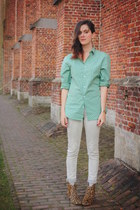 tan boots - turquoise blue shirt - off white pants