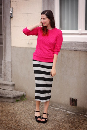 hot pink sweater - black accessories