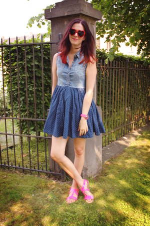 blue dress - hot pink sandals