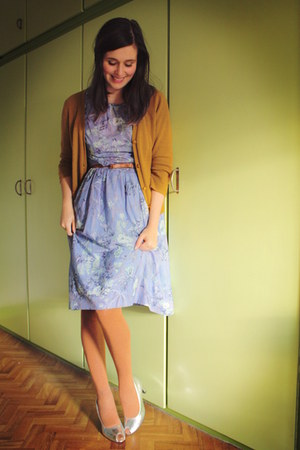 silver shoes - periwinkle dress - burnt orange tights - mustard cardigan