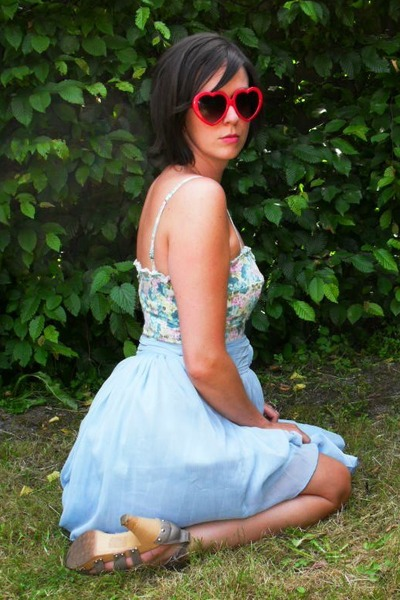 blue skirt - blue bustier - gray shoes - red glasses