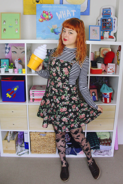Black-floral-pinafore-diy-jumper