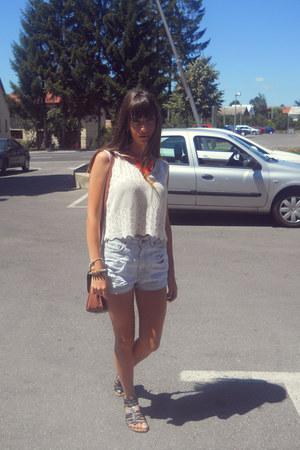 white glow t-shirt - levis shorts - black zara sandals