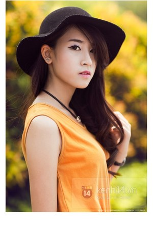 black hat - light orange dress